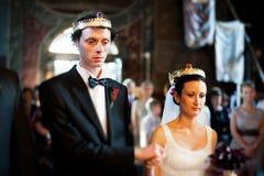 Bruid en bruidegom in kerk bij huwelijk Stock Afbeeldingen