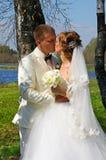 Bruid en bruidegom, kus Royalty-vrije Stock Foto's