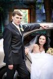Bruid en bruidegom met auto Royalty-vrije Stock Foto's