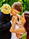 Bruid en bruidegom met bloem openlucht Stock Afbeeldingen