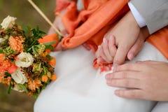 Bruid en bruidegom met bloemen Stock Foto
