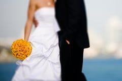 Bruid en bruidegom met boeket Stock Foto's