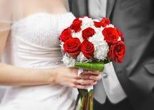 Bruid en bruidegom met bruids boeket royalty-vrije stock afbeeldingen
