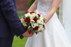 Bruid en bruidegom met bruids boeket Royalty-vrije Stock Fotografie