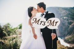 Bruid en bruidegom met M. en Mevr.tekens royalty-vrije stock fotografie