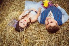 Bruid en bruidegom met sluier dichtbij hooi Stock Foto's