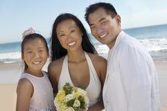 Bruid en Bruidegom met zuster op strand Stock Foto's