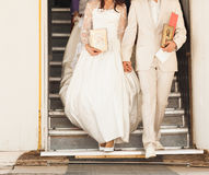 Bruid en bruidegom na orthodoxe huwelijksceremonie Royalty-vrije Stock Foto's