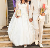 Bruid en bruidegom na orthodoxe huwelijksceremonie Royalty-vrije Stock Afbeelding