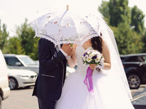 Bruid en bruidegom onder paraplu Royalty-vrije Stock Fotografie