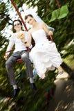 Bruid en bruidegom op carrousel Stock Afbeelding