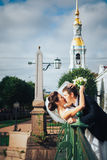 Bruid en bruidegom op de brug Stock Foto's