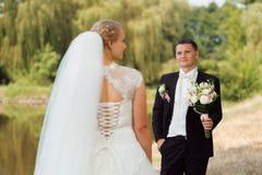Bruid en Bruidegom op de Gang royalty-vrije stock fotografie