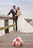 Bruid en bruidegom op dok Stock Afbeelding