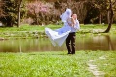 Bruid en bruidegom op een huwelijksdag Stock Afbeeldingen
