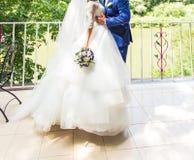 Bruid en bruidegom op een romantisch ogenblik in openlucht Royalty-vrije Stock Foto's
