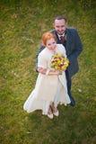 Bruid en bruidegom op het groene gras Stock Afbeeldingen
