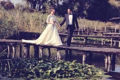 Bruid en bruidegom op houten brug Royalty-vrije Stock Afbeelding