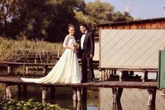 Bruid en bruidegom op houten brug Royalty-vrije Stock Foto