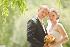Bruid en bruidegom op hun huwelijksdag Stock Foto