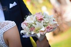 Bruid en bruidegom op hun huwelijksdag Stock Afbeelding