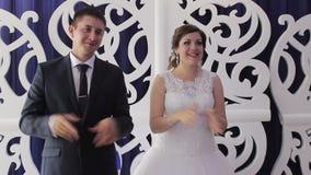 Bruid en bruidegom op hun huwelijksklap stock footage