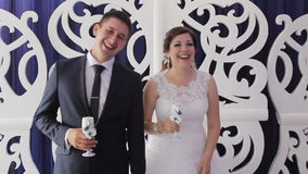 Bruid en bruidegom op hun huwelijksklap stock videobeelden