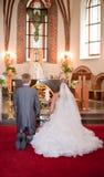 Bruid en bruidegom op huwelijksceremonie Stock Afbeeldingen