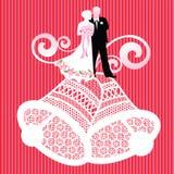 Bruid en bruidegom op huwelijksklokken Stock Foto