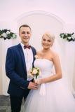 Bruid en bruidegom op huwelijksregistratie De bruidegom bekijkt Royalty-vrije Stock Afbeelding
