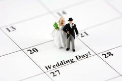 Bruid en bruidegom op kalender Stock Fotografie