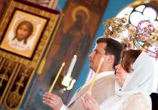 Bruid en bruidegom op orthodoxe huwelijksceremonie Stock Afbeelding