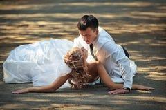 Bruid en bruidegom op plattelandsweg Stock Foto