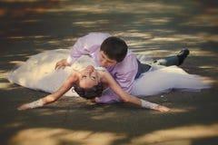 Bruid en bruidegom op plattelandsweg Royalty-vrije Stock Afbeeldingen