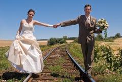 Bruid en bruidegom op sporen Royalty-vrije Stock Afbeeldingen