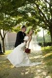 Bruid en Bruidegom in openlucht Royalty-vrije Stock Afbeeldingen