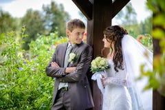 Bruid en bruidegom openlucht Stock Foto's