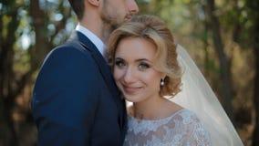 Bruid en bruidegom openlucht stellen stock video