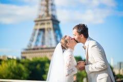 Bruid en bruidegom in Parijs, dichtbij de toren van Eiffel Stock Fotografie