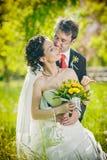 Bruid en bruidegom in park het kussen Royalty-vrije Stock Foto's