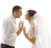 Bruid en Bruidegom Portrait die, Huwelijkspaar elkaar kijken Royalty-vrije Stock Foto's