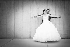 Bruid en bruidegom uitspreidende wapensbw Royalty-vrije Stock Afbeelding