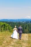 Bruid en Bruidegom Walking Away royalty-vrije stock fotografie