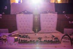Bruid en Bruidegom Wedding Seats en Huwelijkslijst in Roze Licht Royalty-vrije Stock Foto
