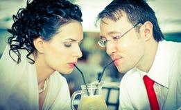bruid en bruidegomdrank van het zelfde glas Royalty-vrije Stock Foto
