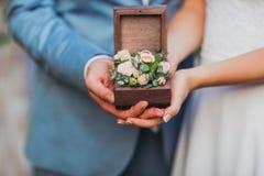 Bruid en bruidegomgreepkist met bloemen royalty-vrije stock afbeelding