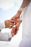 Bruid en bruidegomhanden Stock Foto