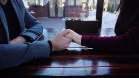 Bruid en bruidegomholdingshanden die huwelijk en wittebroodsweken in Parijs in koffiehuis bespreken stock footage