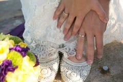 Bruid en bruidegomholdingshanden, trouwringen stock fotografie