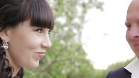 Bruid en bruidegomhuwelijk in park stock videobeelden